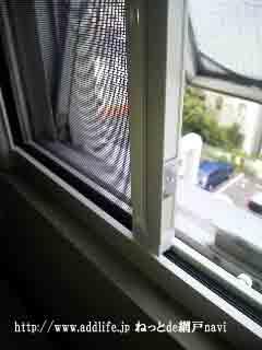 玄関の横すべり出し窓に小窓用の横引きロール網戸