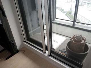 ツインのテラス窓に取付けた横引きロール網戸