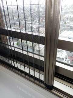 腰高窓のプリーツ網戸