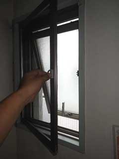 横すべり出し窓の開き網戸